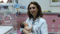 Ailesini kaybeden bebeğe doktor annelik yaptı