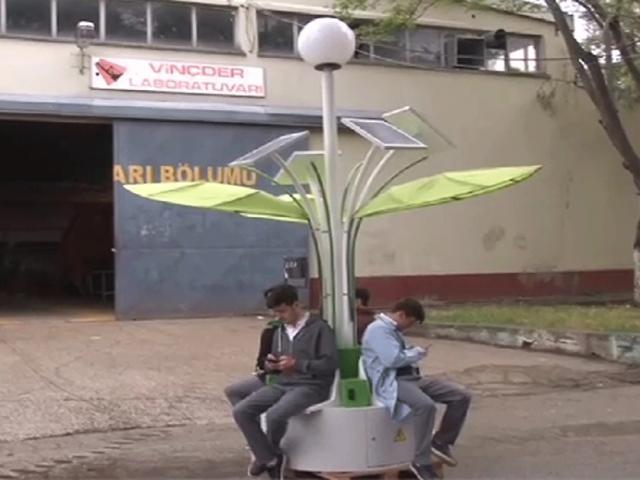 """Telefonlarını """"palmiye görünümlü istasyon""""dan şarj ediyorlar"""