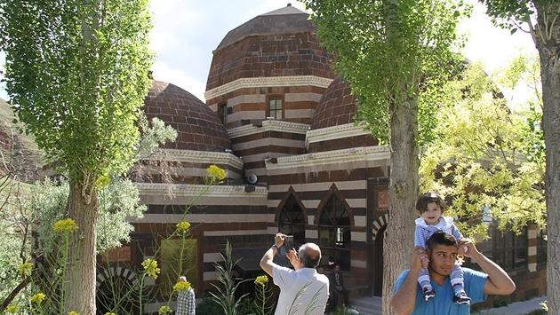 Ahmed-i Hani Türbesine ziyaretçi akını