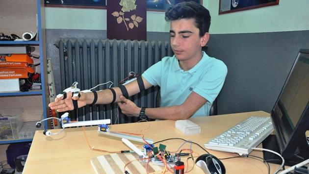 """Polis amcalarının güvenliği için """"robot kol"""" geliştirdi"""