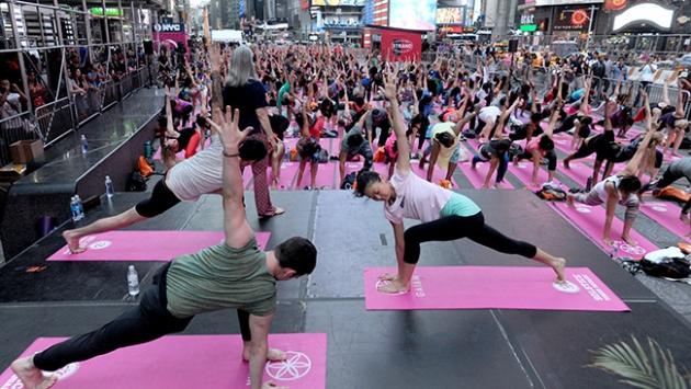 Yüzlerce kişi New York sokaklarında yoga yaptı