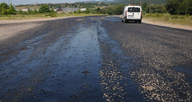 Kırklarelinde sıcak hava asfaltı eritti