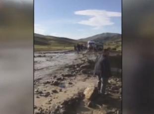 Otomobil sele kapıldı: 2 ölü, 1 bebek kayıp