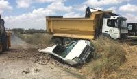 Harfiyat kamyonu ticari aracın üzerine devrildi