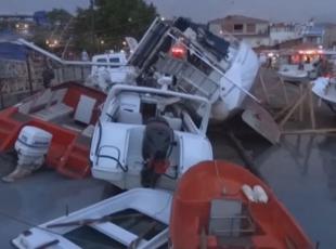 Şiddetli fırtına ağaçları devirdi, tekne batırdı