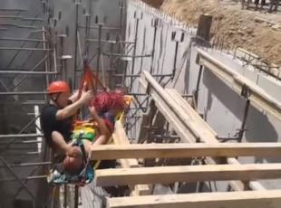 İnşaattan düşen işçi vinç yardımıyla kurtarıldı