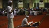 Endonezyalı Müslümanlar itikaf için camileri doldurdu