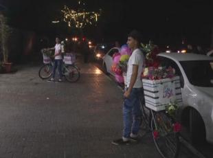 Gazzenin bisikletli gül satıcıları