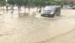Sağanak nedeniyle caddeleri su bastı