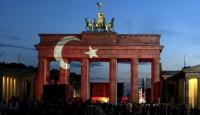 Dünyada tarihi simgeler kırmızı beyaza büründü