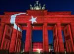 Bandenburg Kapısı Türk bayrağı renklerine büründü