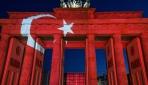 Tarihi Bandenburg Kapısı kırmızı beyaza büründü