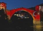 Mostar Köprüsü, kırmızı beyaza büründü