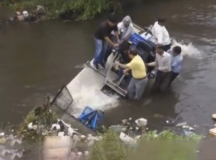 Hindistanda belediye başkanı kanalizasyona düştü.