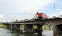 Kayan tır köprü korkuluklarında asılı kaldı