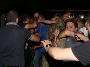 Türkiye darbeye karşı ayakta