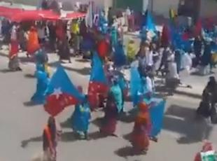 Somalide binlerce kadın dün Türk bayraklarıyla yürüyüş yaptı