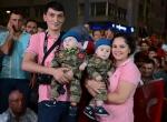 Askeri üniformalı ikiz bebekler demokrasi nöbetinde