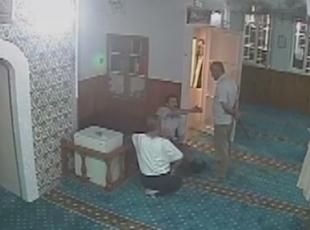 Sela okuyan imama ve cemaatine palayla saldırı