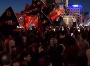 Taraftar grupları FETÖnün darbe girişimini protesto etti