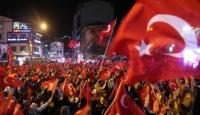 Meydanlarda demokrasi nöbeti südürüldü