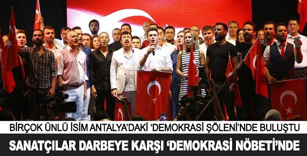 Sanatçılar demokrasi nöbetinde
