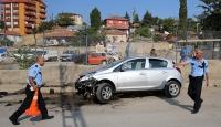 Otomobil duvara çarptı: 1 ölü, 4 yaralı