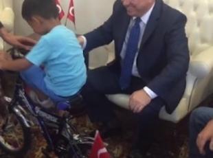 """Oyuncak kamyonuyla """"demokrasi nöbeti""""ne giden çocuk"""