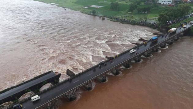 Hindistanda köprü çöktü; kurtulan olmadı