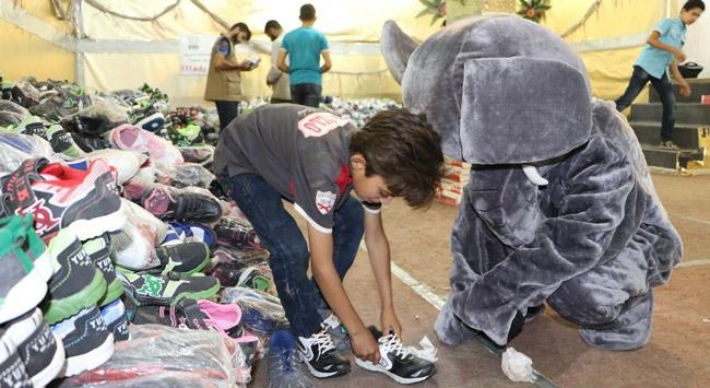 Suriyedeki yetimlere ayakkabı yardımı