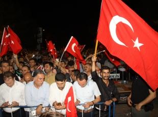 Vatandaşlar teröre karşı 'huzur nöbeti'nde