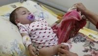 Patlamada hayatını kaybeden annesinin tülbentini koklayarak uyuyor