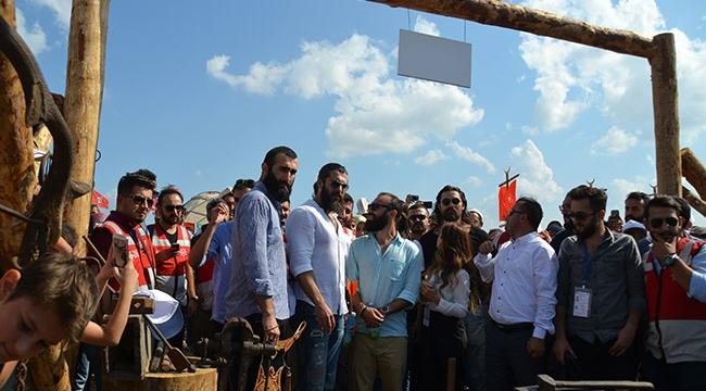 Diriliş Ertuğrul dizisi oyuncuları Etnosporu ziyaret etti