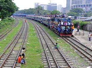 Bangladeş'te trene yoğun ilgi