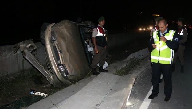 Otomobil refüje devrildi: 1 ölü