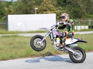 Kenan Sofuoğlu, motosikletini ısıtıyor