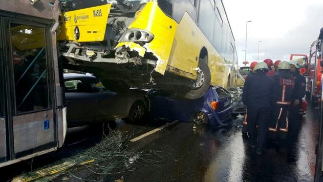 İstanbul Acıbademde metrobüs kazası