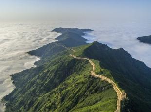 Bulutların Üzerindeki Dağ
