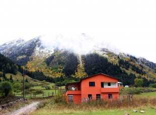 Yaylalar, sonbaharı ve kışı aynı anda yaşatıyor