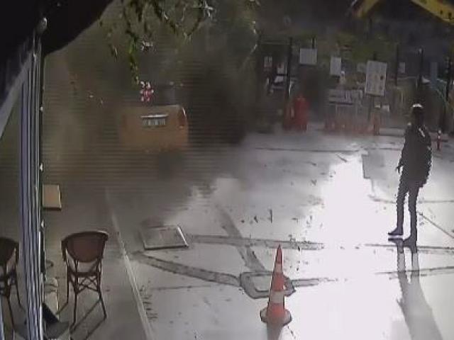 İş makinesinin çarpığı ağaç otomobilin üzerine düştü
