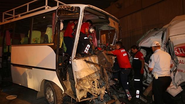 Adanada zincirleme trafik kazası: 1 ölü, 14 yaralı