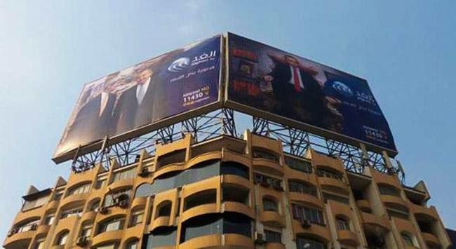 Mısır polisi Erdoğana hakaret içeren posterleri indirdi
