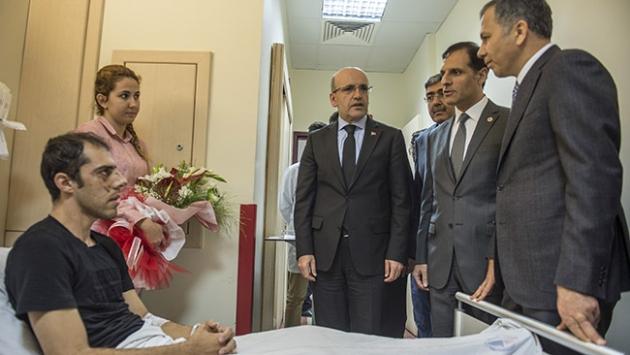 Şimşek, Gaziantepte terör saldırısında yaralananları ziyaret etti