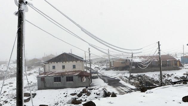 Kar yağışı elektrik direklerine ve hatlarına zarar verdi