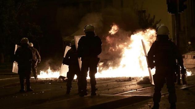 Atinada anarşistler polisle çatıştı