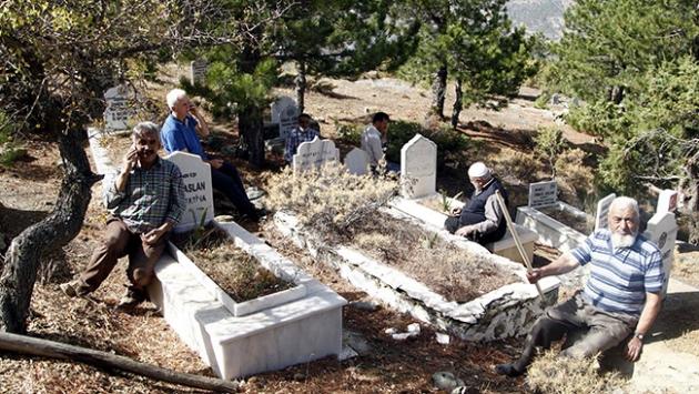 Telefonla konuşmak için mezarlığa gidiyorlar
