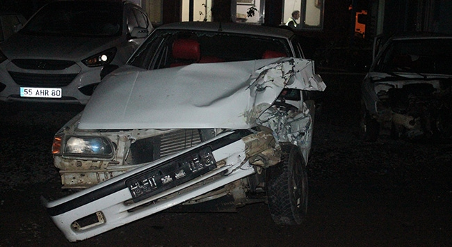 Otomobille kamyonet çarpıştı: 10 yaralı