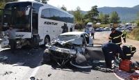 Yolcu otobüsüyle otomobil kafa kafaya çarpıştı