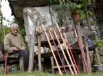 Yazın bahçede kışın eski evinde baston üretiyor