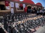 Cumhurbaşkanı Erdoğanın hediye ettiği bisikletler Gazzede dağıtılıyor